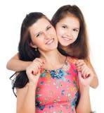flicka henne som kramar den små modern Royaltyfri Foto