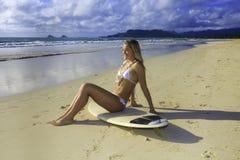flicka henne tonårs- surfingbräda royaltyfri bild