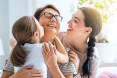 Flicka, hennes moder och farmor royaltyfri fotografi