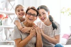 Flicka, hennes moder och farmor royaltyfria bilder