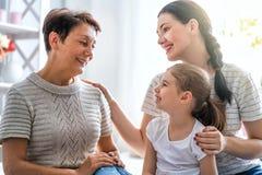 Flicka, hennes moder och farmor fotografering för bildbyråer