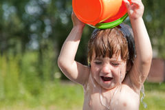 flicka hon själv little hällande vatten Fotografering för Bildbyråer