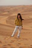 Flicka i öknen Arkivfoto