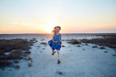 Flicka i öknen Arkivbild