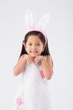 Flicka i öron för påskkanin Arkivfoto