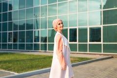 Flicka i abaya på bakgrunden av affärsmitten Royaltyfri Fotografi