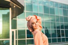 Flicka i abaya på bakgrunden av affärsmitten Royaltyfria Foton