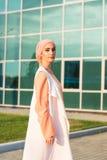 Flicka i abaya på bakgrunden av affärsmitten Arkivbild