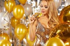 Flicka i aftonklänningen med champagneexponeringsglas - nytt år, celebra Arkivfoto