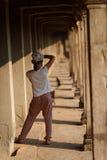 Flicka i Angkor Wat, Cambodja Royaltyfri Fotografi