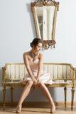 Flicka i aristokratiskt inreskott för tappning royaltyfri bild