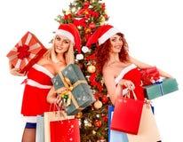 Flicka i ask för gåva för jul för jultomtenhatt hållande Royaltyfri Foto