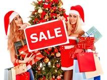 Flicka i ask för gåva för jul för jultomtenhatt hållande Royaltyfria Foton