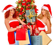 Flicka i ask för gåva för jul för jultomtenhatt hållande Arkivbild
