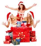 Flicka i ask för gåva för jul för Santa hattholding. Royaltyfria Foton