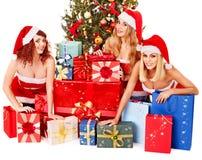 Flicka i ask för gåva för jul för Santa hattholding. Arkivfoton