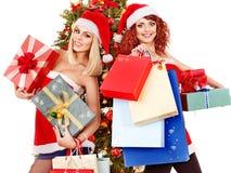 Flicka i ask för gåva för jul för Santa hattholding. Royaltyfri Bild