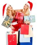 Flicka i ask för gåva för jul för Santa hattholding. Royaltyfri Fotografi