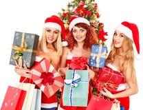 Flicka i ask för gåva för jul för Santa hattholding. Royaltyfri Foto