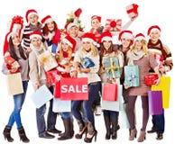 Flicka i ask för gåva för jul för Santa hattholding. Royaltyfria Bilder
