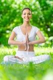 Flicka, i att göra en gest för bön för lotusblommaposition Royaltyfri Foto