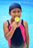 Flicka i baddräkt med medaljer Arkivfoto