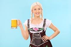 Flicka i bavariandräkten som rymmer en halv liter av öl Royaltyfria Bilder