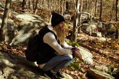 Flicka i begrepp för för för för höstskogför fotvandra, läger, affärsföretag, resande och kamratskap royaltyfri fotografi