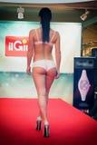 Flicka i bikini i en modeshow i Trieste Tillbaka foto arkivfoto
