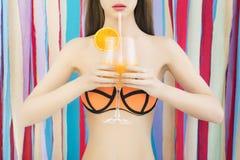 Flicka i bikini med coctailen Arkivfoton