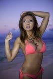 Flicka i bikini på stranden Arkivfoton