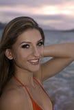 Flicka i bikini på stranden Arkivfoto