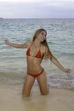 Flicka i bikini på stranden Royaltyfria Bilder