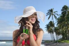 Flicka i bikinileenden och dricka på Palm Beach Arkivbild