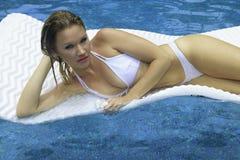 Flicka i bikinin som flottörhus på en raft Royaltyfria Foton