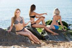 Flicka i bikinin som tar sunbath arkivfoton