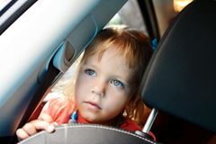 Flicka i bilen Arkivfoto
