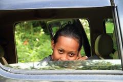 Flicka i bilfönster Arkivfoton