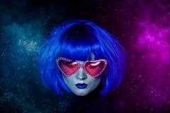 Flicka i blå peruk och rosa exponeringsglas Den mystiska bilden Främling med blåtthud I ilskna blicken Fotografering för Bildbyråer