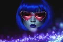 Flicka i blå peruk och rosa exponeringsglas Den mystiska bilden Främling med blåtthud I ilskna blicken Royaltyfria Foton