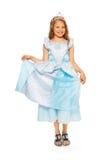 Flicka i blå prinsessaklänning med kronan Arkivfoto