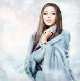 Flicka i blåa Mink Fur Coat Arkivfoto