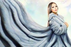 Flicka i blåa Mink Fur Coat Royaltyfri Fotografi