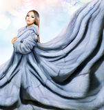 Flicka i blåa Mink Fur Coat Royaltyfria Foton