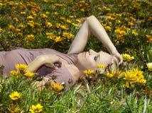 Flicka i blommafält Royaltyfria Bilder