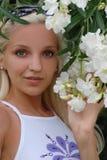 Flicka i blommor Royaltyfri Fotografi