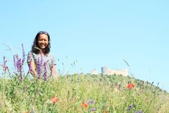 Flicka i blommor framme av slotten Devicky på Palava royaltyfria foton
