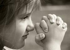 Flicka i bön Arkivfoto