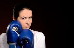 Flicka i boxninghandskar royaltyfria foton