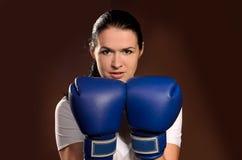Flicka i boxninghandskar arkivbild